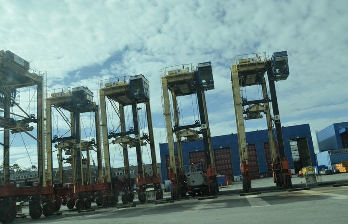 grúas en uno de los puertos industriales. Foto Pilar Arranz