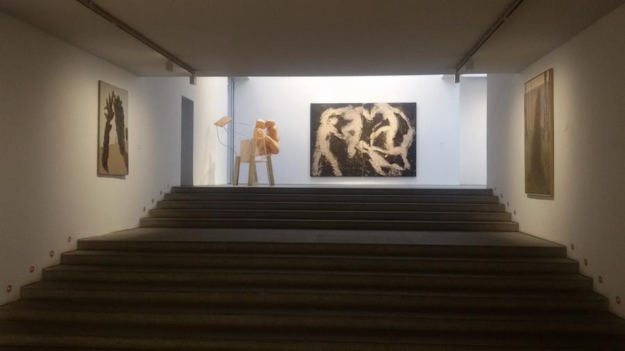 la Galería Marlborough Madrid con una obra de Manolo Valdés al fondo