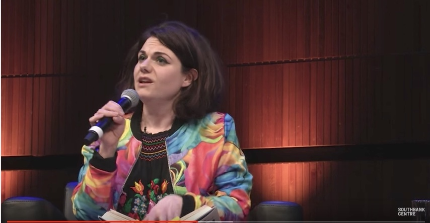 Caitlin Moran, captura de la entrevista para Women Of The World, 2016
