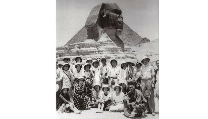 parte del grupo ante las esfinge de Gizeh. Foto:  Archivo Fernando Giménez de Gregorio.