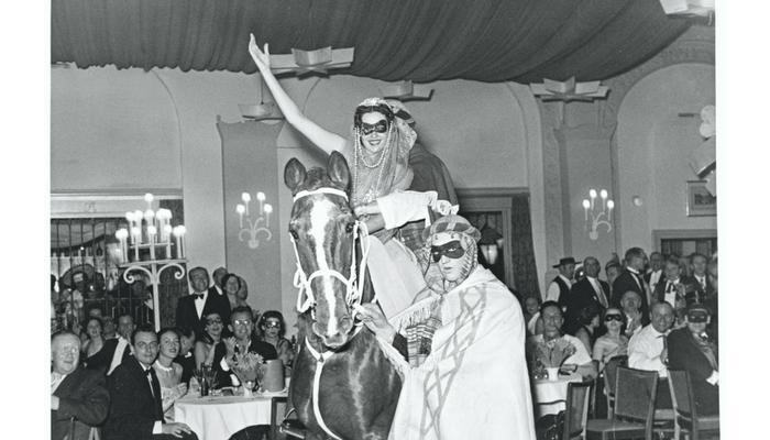 fiesta de máscaras en los 50