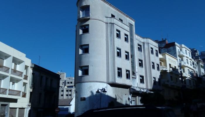 Edificio cerrado de paseo por la ciudad moderna
