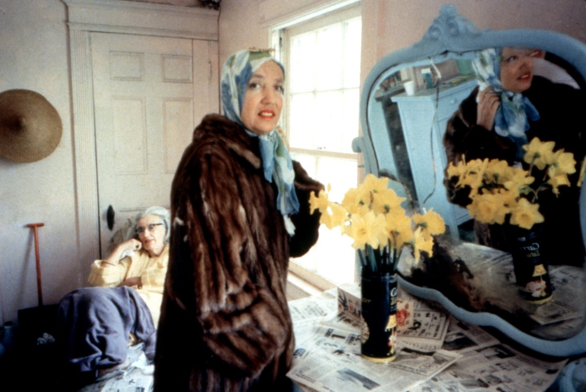 Fotograma del documental Grey Gardens, dirigida Albert y David Maysles,1975.