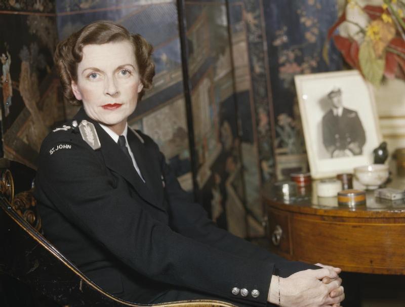Edwina Mountbatten con el uniforme del servicio de ambulancias en la Segunda Guerra Mundial