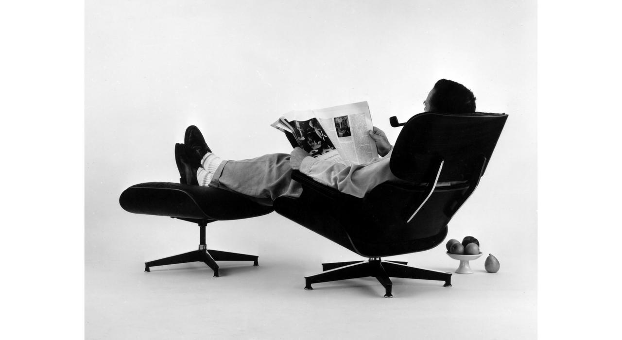 An Eames Celebration. Charles Eames posando para la campaña publicitaria de la emblemática Lounge Chair, 1956. ©Eames Office LLC