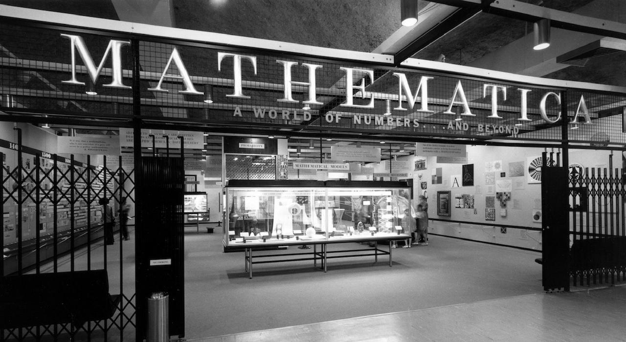 Instalación de la muestra Mathematica en el California Museum of Science and Industry, Los Angeles 1961. ©Eames Office LLC