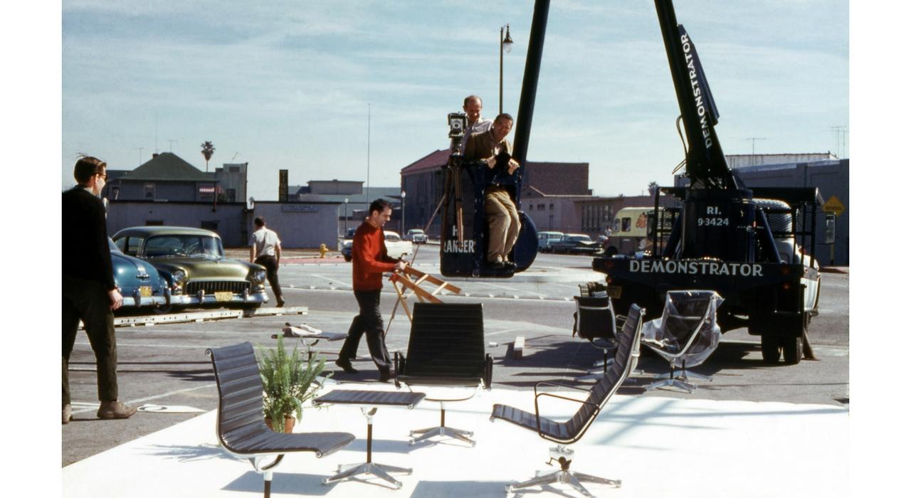 An Eames Celebration. Puesta en escena del Aluminium Group con Charles Eames, 1960. ©Eames Office LLC
