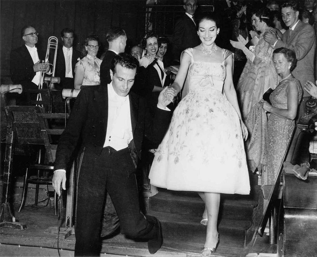 María Callas de la mano con el director Nicola Rescigno, en El Real Concertgebouw, Amsterdam 1959. Foto Ben van Meerendonk/AHF