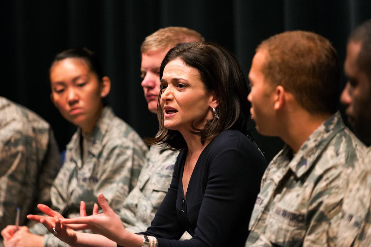 Sheryl Sandberg charlando sobre los Lean-In Circles en la Academia de las Fuerzas del Aire de la Armada Norteamericana, 2015. (U.S. Air Force Foto: Liz Copan)