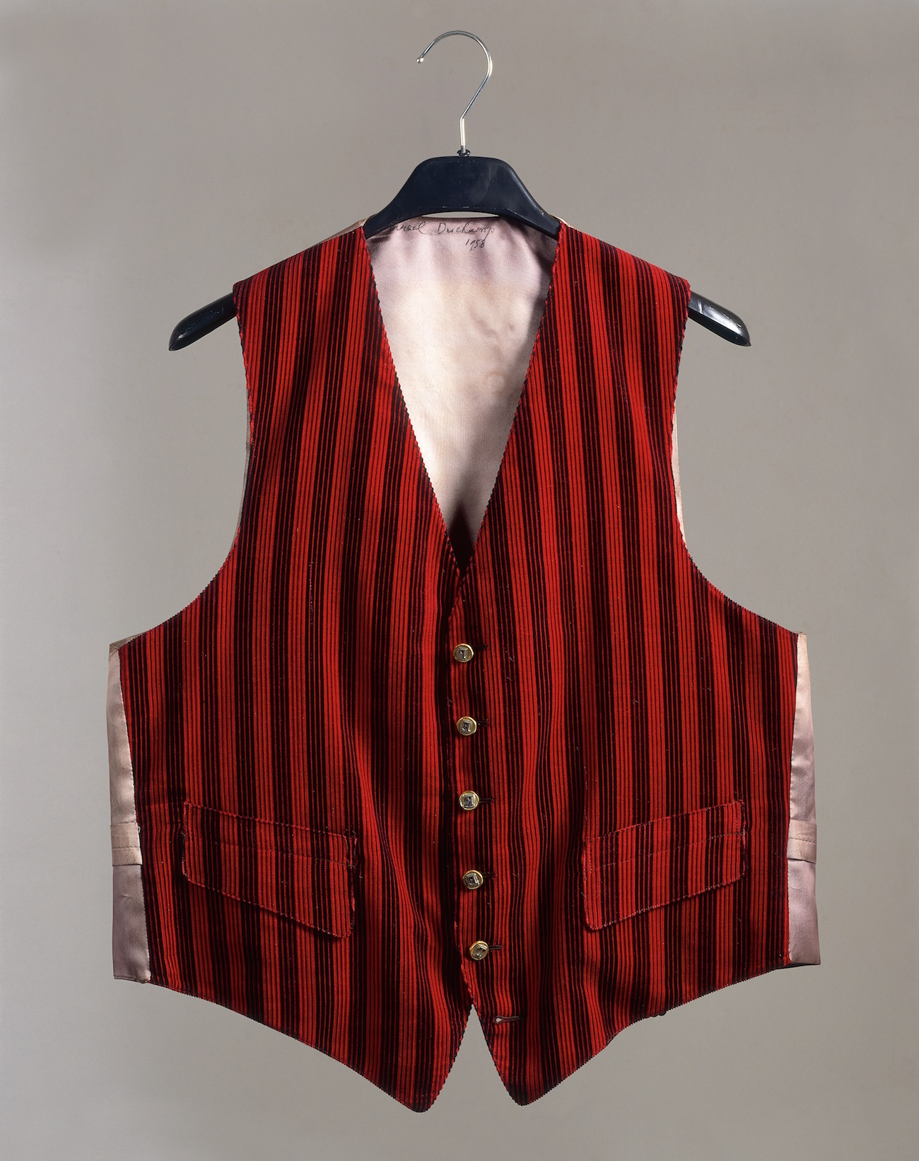 Marcel Duchamp, Waistcoat for Benjamin Péret (1958) Chaleco de franela con rayas rojas y negras. The Vera and Arturo Schwartz Dada and Surrealist Art Collection