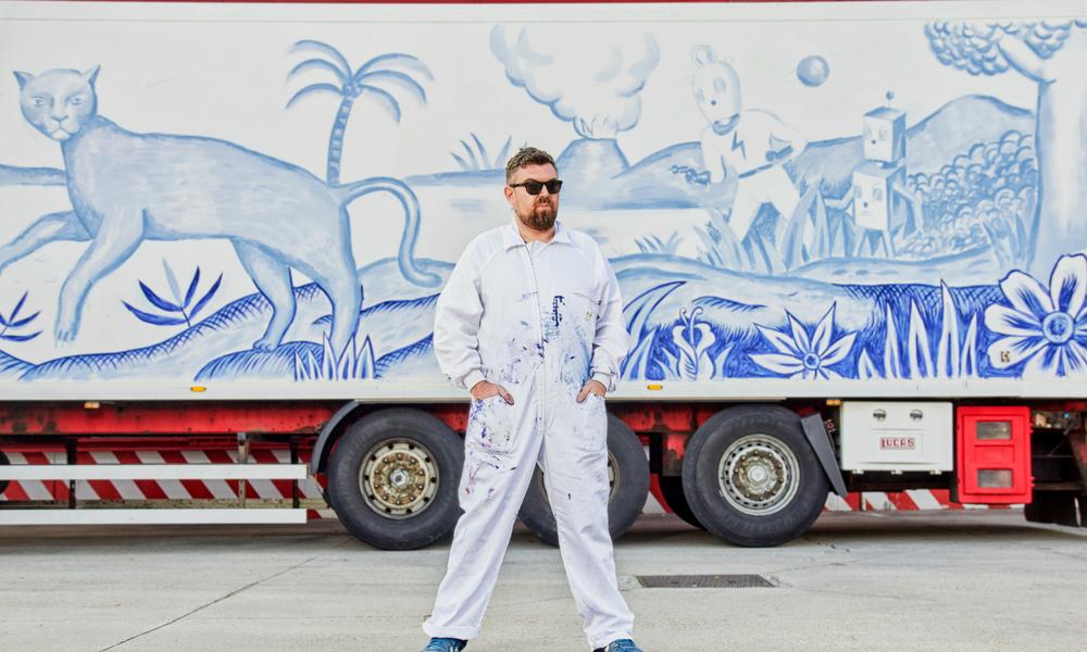el artista Sergio Mora junto a su obra