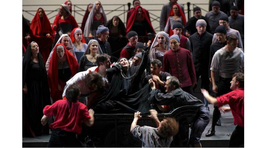 Interpretando a La Cieca en La Gioconda de Amilcare Ponchielli en la ópera de La Bastilla en París. Foto: ©Opéra National de Paris de La Bastille
