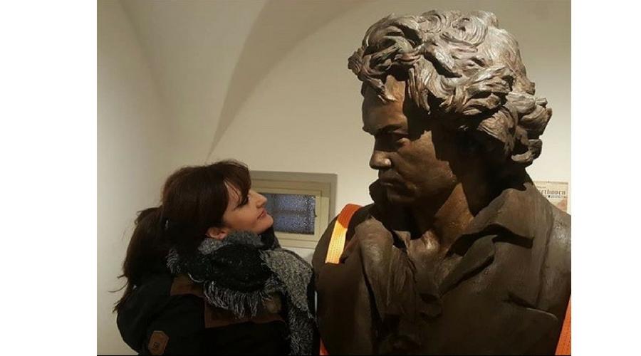 """Saludando a Ludwig Beethoven en Viena, """"además de gran músico, fue un gran humanista y, por eso, me llega siempre al corazón"""""""