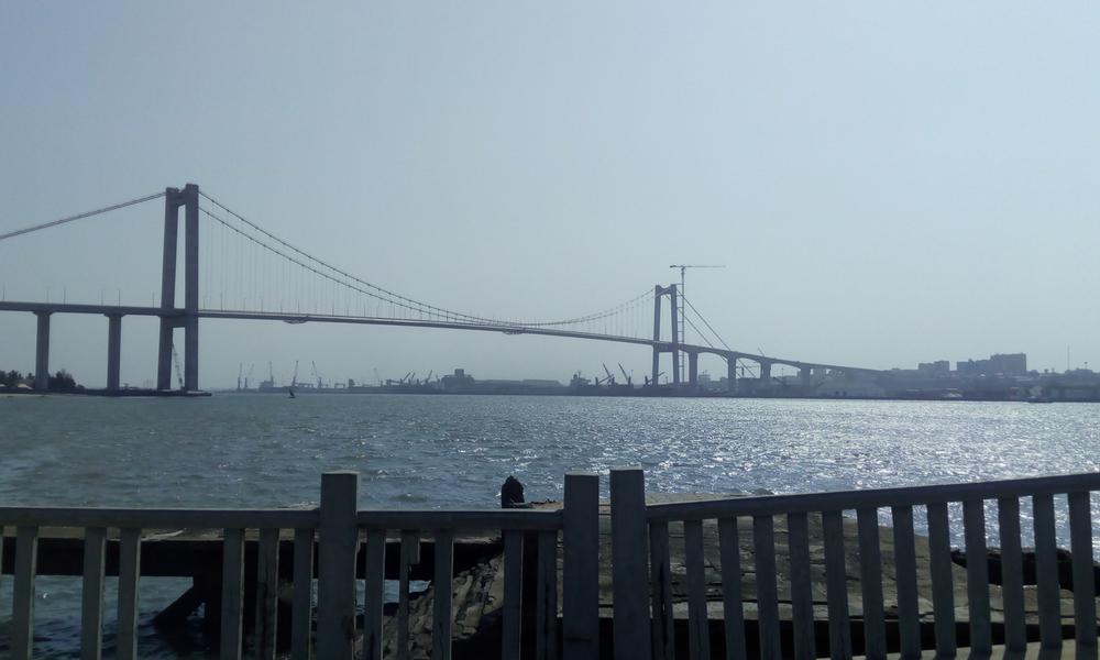puente sobre la bahía, construido con presupuesto chino, que enlaza con Sudáfrica. A punto de inaugurarse.