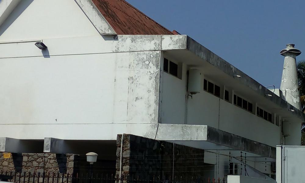 casa en barrio residencial a lo Joan Miró