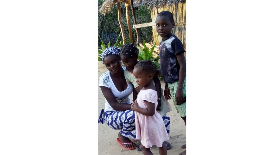 familia que vive en cabañas posando para nuestra sesión de fotos, en Vilanculos