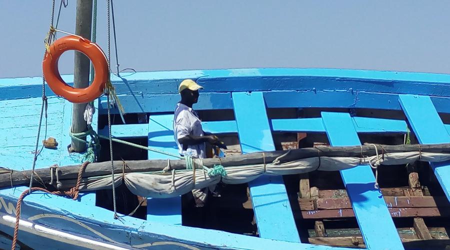 pintando su barco para tenerlo bonito, nos decía su dueño