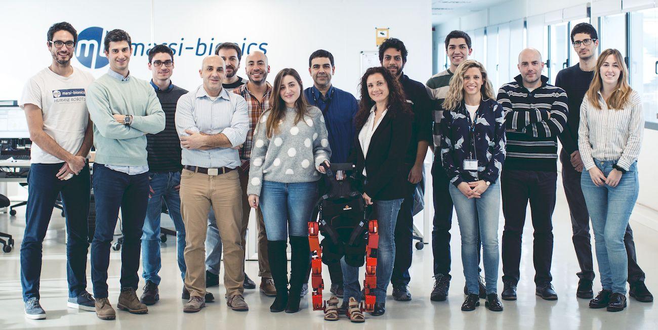 Elena García Armada junto al equipo Marsi Bionics