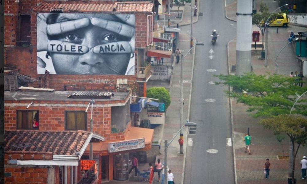 "InsideOut ""Children to dream big / Taking down of imagined boundaries"", Medellín 2011."