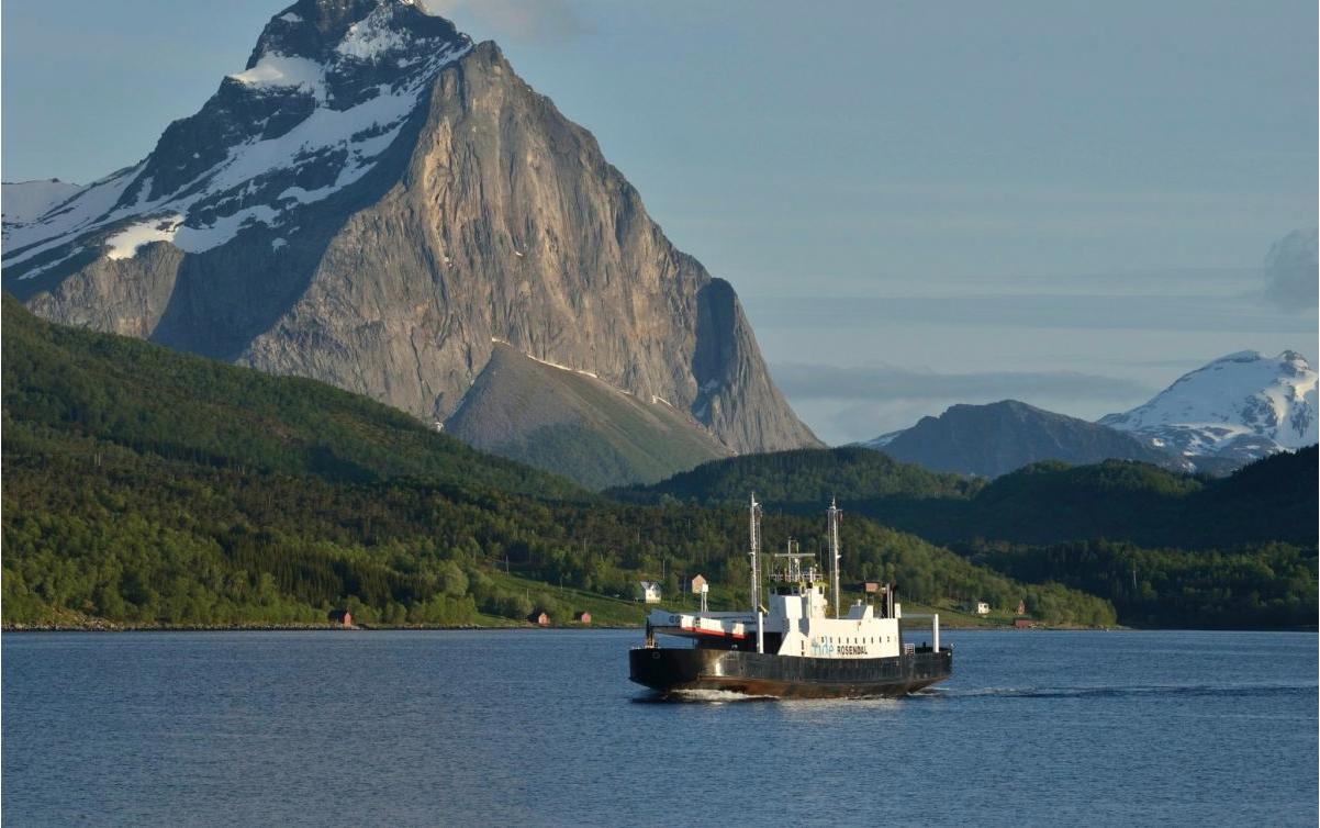 Ferry, Helgelandskysten. Foto de Jarle Waehler