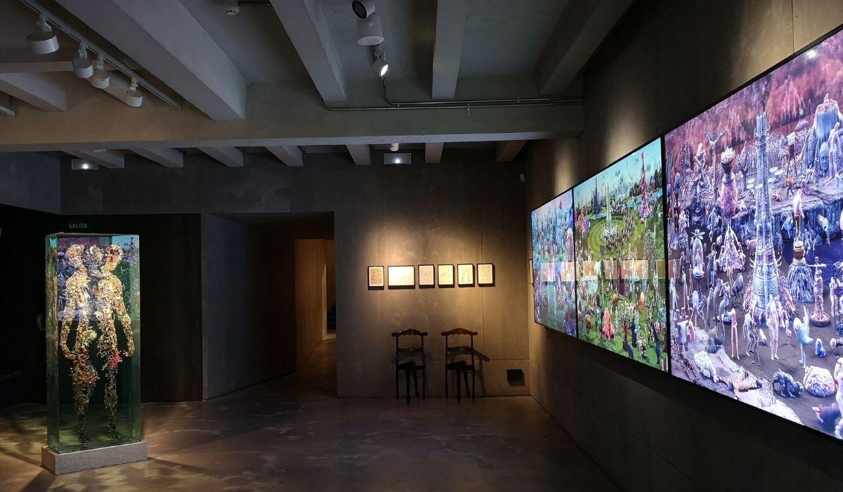 Sala de Espacio SOLO con el tríptico  EDEN, PARADISE, HELL de estudio Smack (Breda, Holanda) y escultura de Dustin Yellin