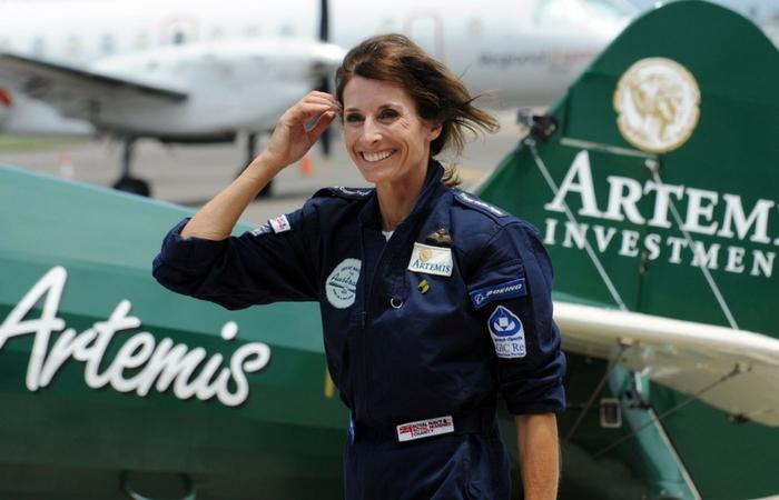 Tracey Curtis Taylor junto a su avioneta Spirit of Artemis