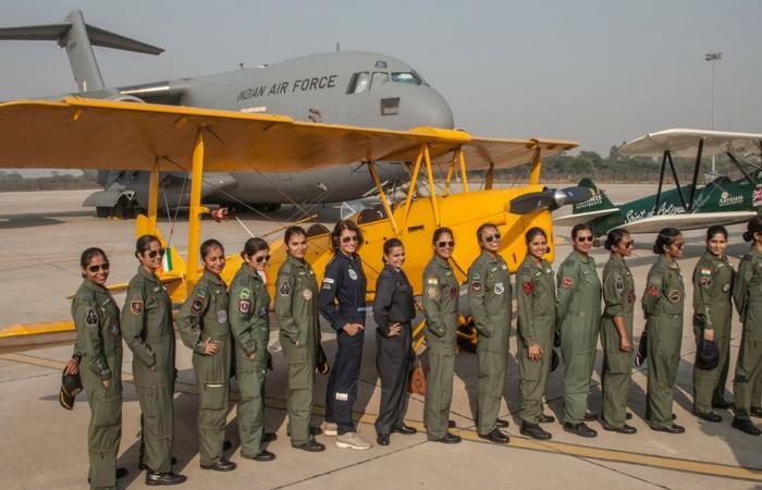 Tracy posando junto a aviadoras de las fuerzas aéreas indias