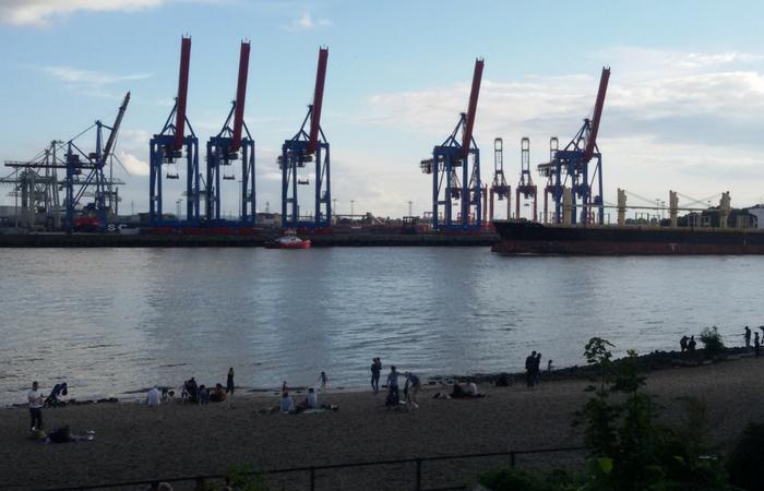 último día del viaje en una terraza a las afueras de Hamburgo con vistas al puerto