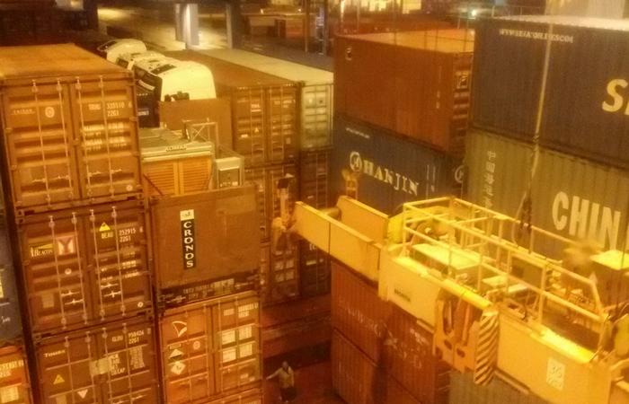 recolocando los contenedores en la noche