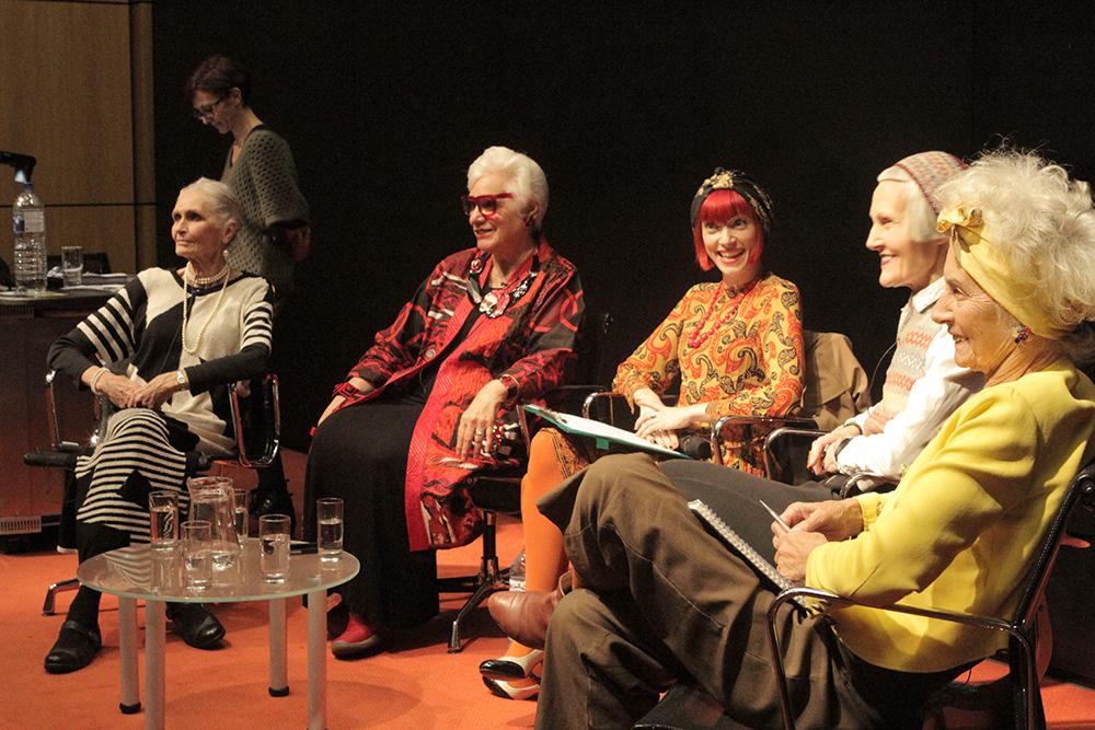 Mirror Mirror, simposio organizado por London College of Fashion, 2013. Intervienen Amber Butchart de LCF y cuatro de las protagonistas del documental Fabulous Fashionistas