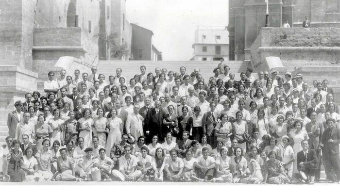 retrato del grupo al completo, acompañados de Ramón del Valle-Inclán, en las escaleras de la catedral de Palma. Foto: Archivo DPHAARQUE