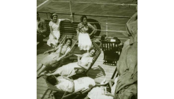 estudiantes tomando el sol durante la travesía. Foto: Foto: publicada en El sueño de una generación: el crucero universitario por el Mediterráneo de 1933 (2006)