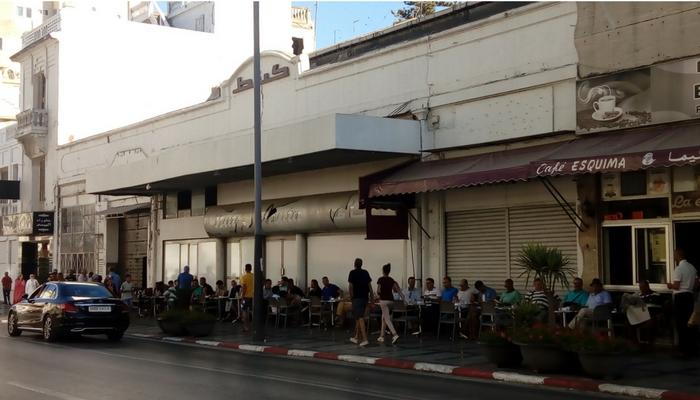 De paseo por la parta moderna de la ciudad, un café atiborrado de hombres, como es costumbre