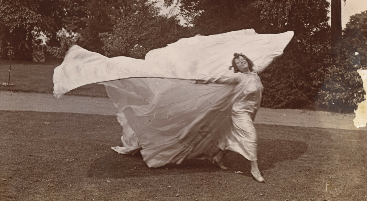 Loie Fuller bailando, c.1900. MET. Gilman Collection, Purchase, Mrs. Walter Annenberg and The Annenberg Foundation Gift, 2005
