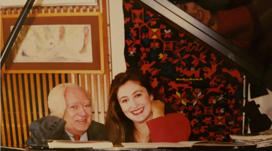 posando con el gran pianista español Miguel Zanetti con quien grabó discos y le acompañó en muchísimos recitales