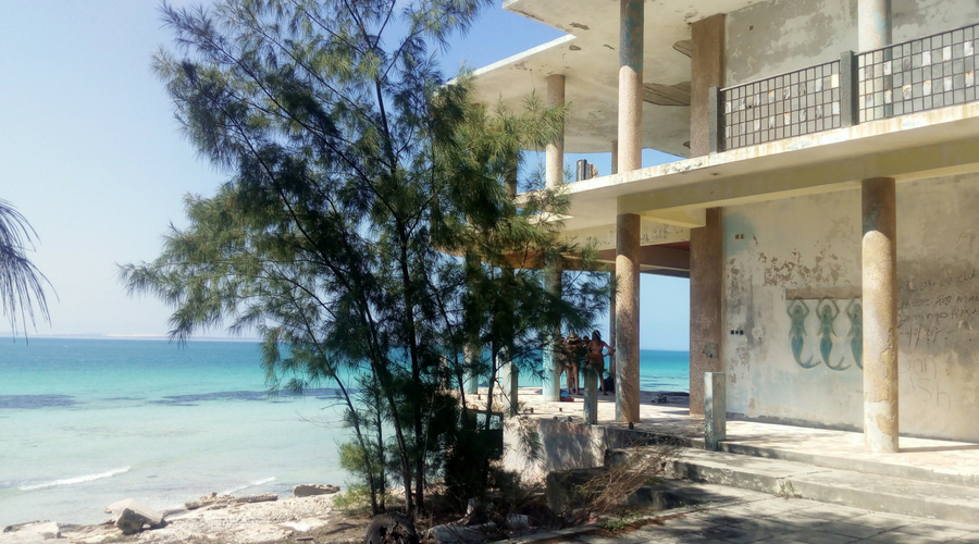 Hotel abandonado en Isla Carolina en el Archipiélago de Bazaruto