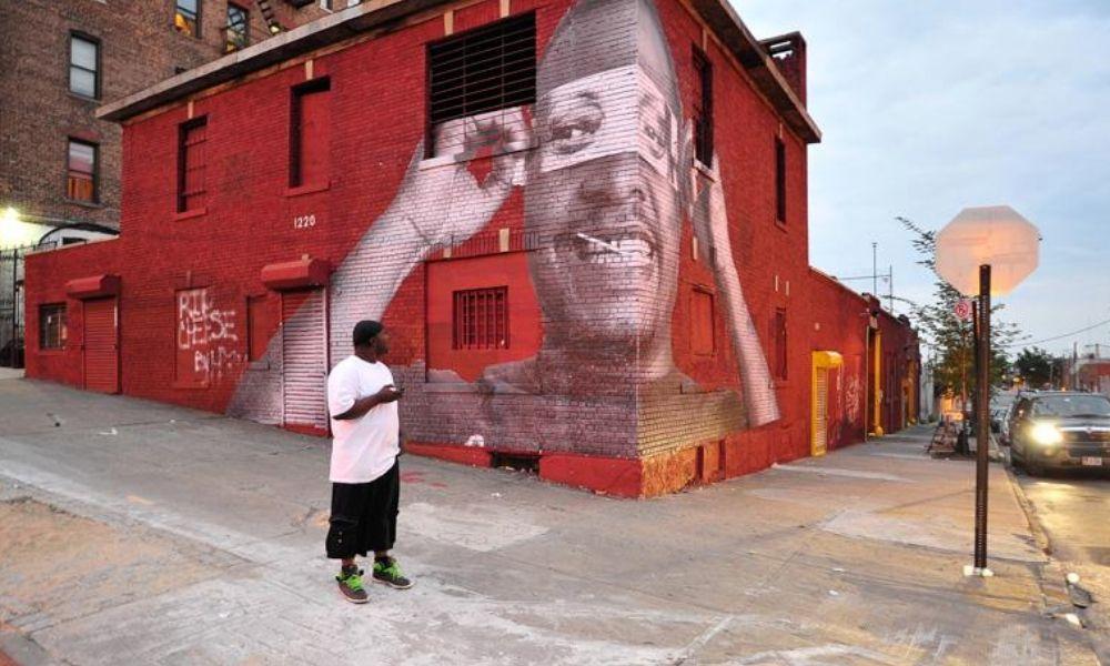 InsideOut- Los vecinos del Bronx rinden homenaje a las madres retratándose a través de los ojos de sus propias madres, Nueva York, 2011