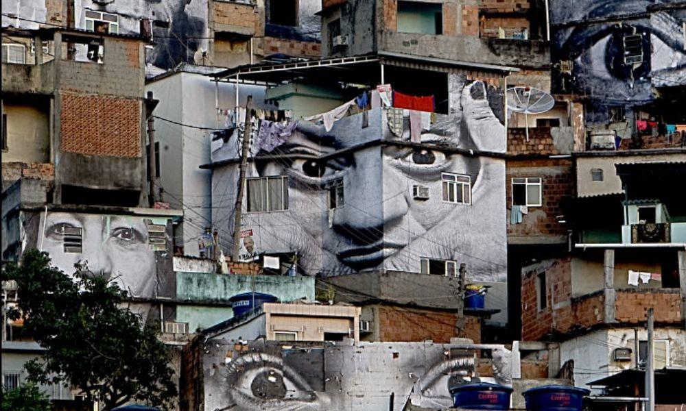 """parte del proyecto """"Mujeres Heroínas"""" en una de las favelas más conflictivas de Brasil, 2008."""