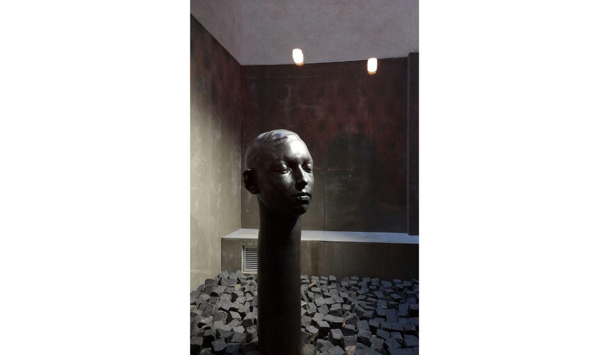 """""""Deep inside 3"""" de Samuel Salcedo (Barcelona) en Espacio SOLO. La obra está en un patio cerrado al aire libre y nos comentaba la guía lo bello que es cuando la lluvia le cae sobre el rostro."""